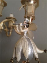 Figurine suspendue au chandelier et quelques étoiles scintillantes supplémentaires