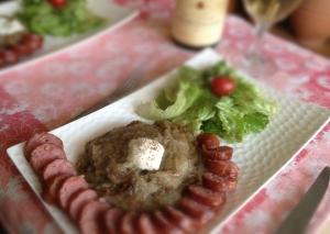 Râpée de pomme de terre fondue et grillée, saucisse de Montbéliard et salade verte.