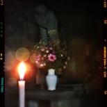Statue Marie, cierge et fleurs fraîches, filtre blis et effet paillette