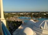 Une vue plongeante sur les piscine au centre du village depuis une terrasse de l'hôtel