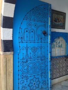Des dessins magnifiques de portes cloutées.