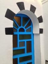 petite porte joliment decorée de carreaux de verre colorés