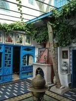 La seconde cour ouverte sous le ciel bleu et offrant une terrasse couverte ou l'on peut aisément prendre le thé