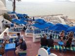 Les terrasses du café surplombant la mer