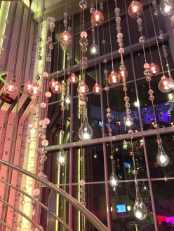 Lustre monumental dans le hall d'escalier de la Réception