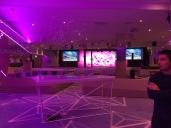 Bar et salle de spectacle avec mur de led.